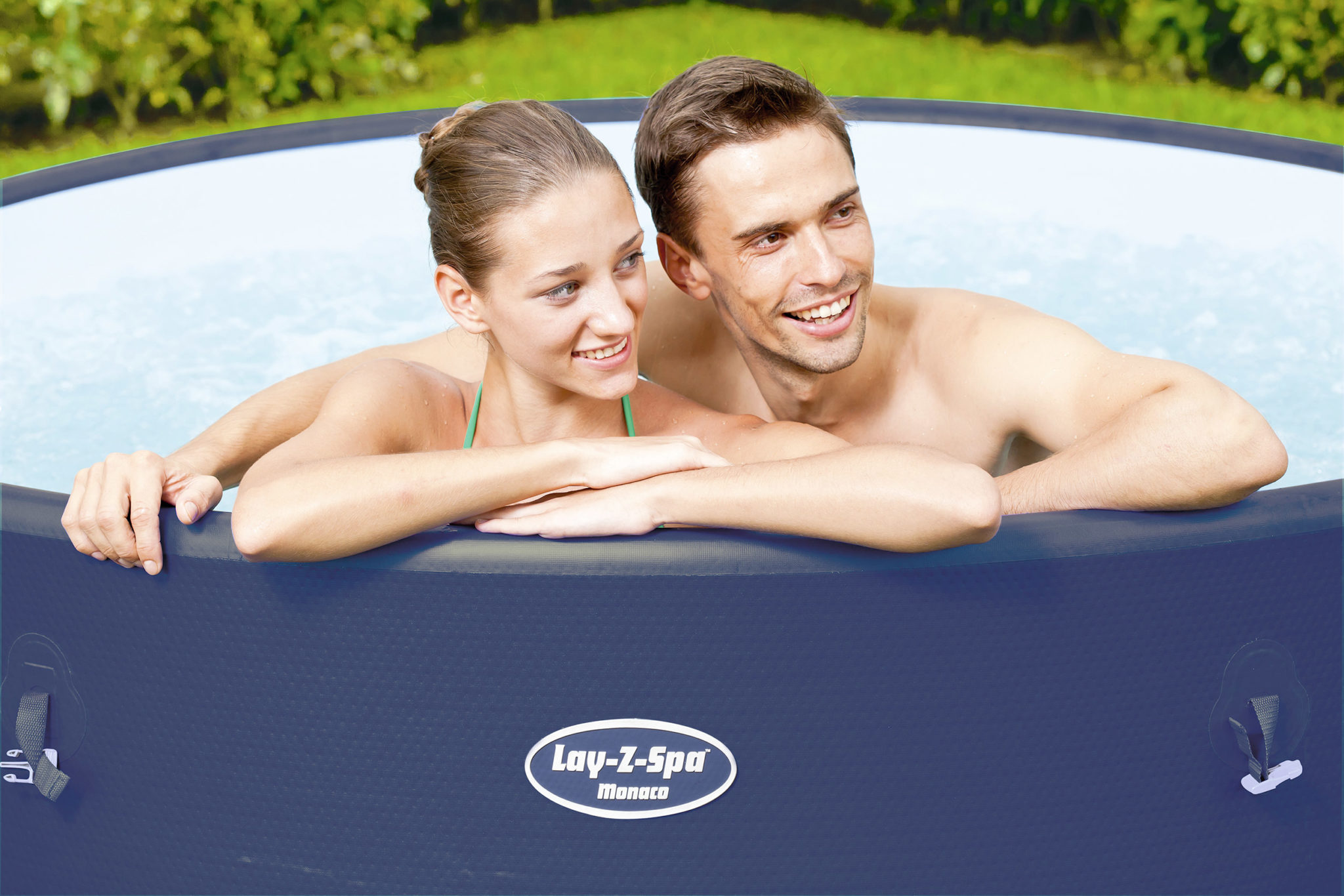 Couple dans un spa gonflable 4 – 8 personnes Monaco