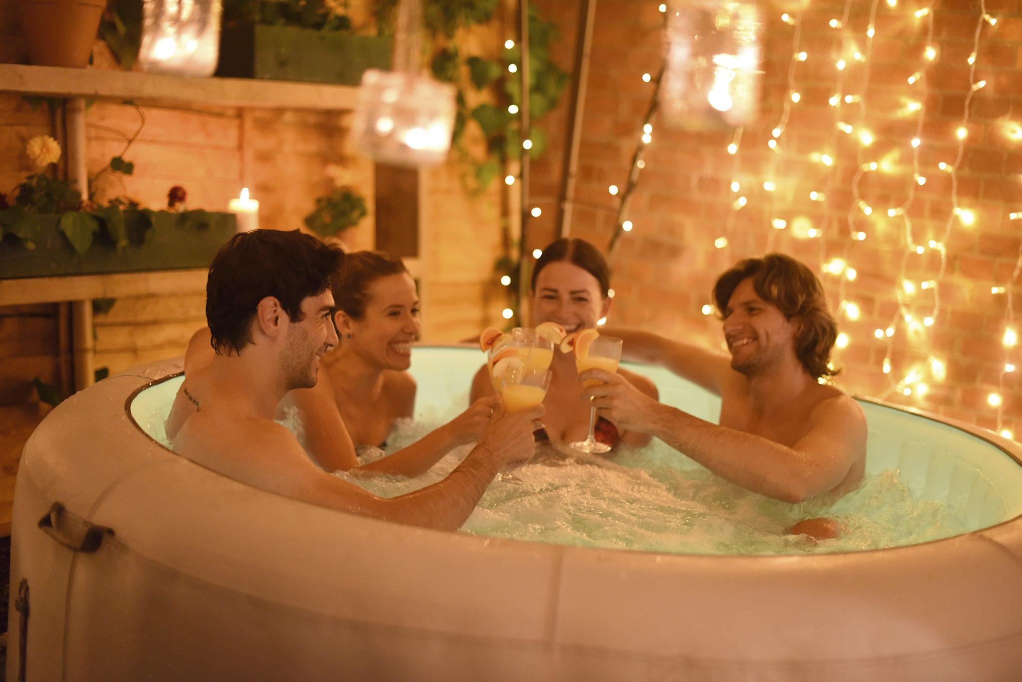 Amis qui trinquent dans le spa gonflable Paris