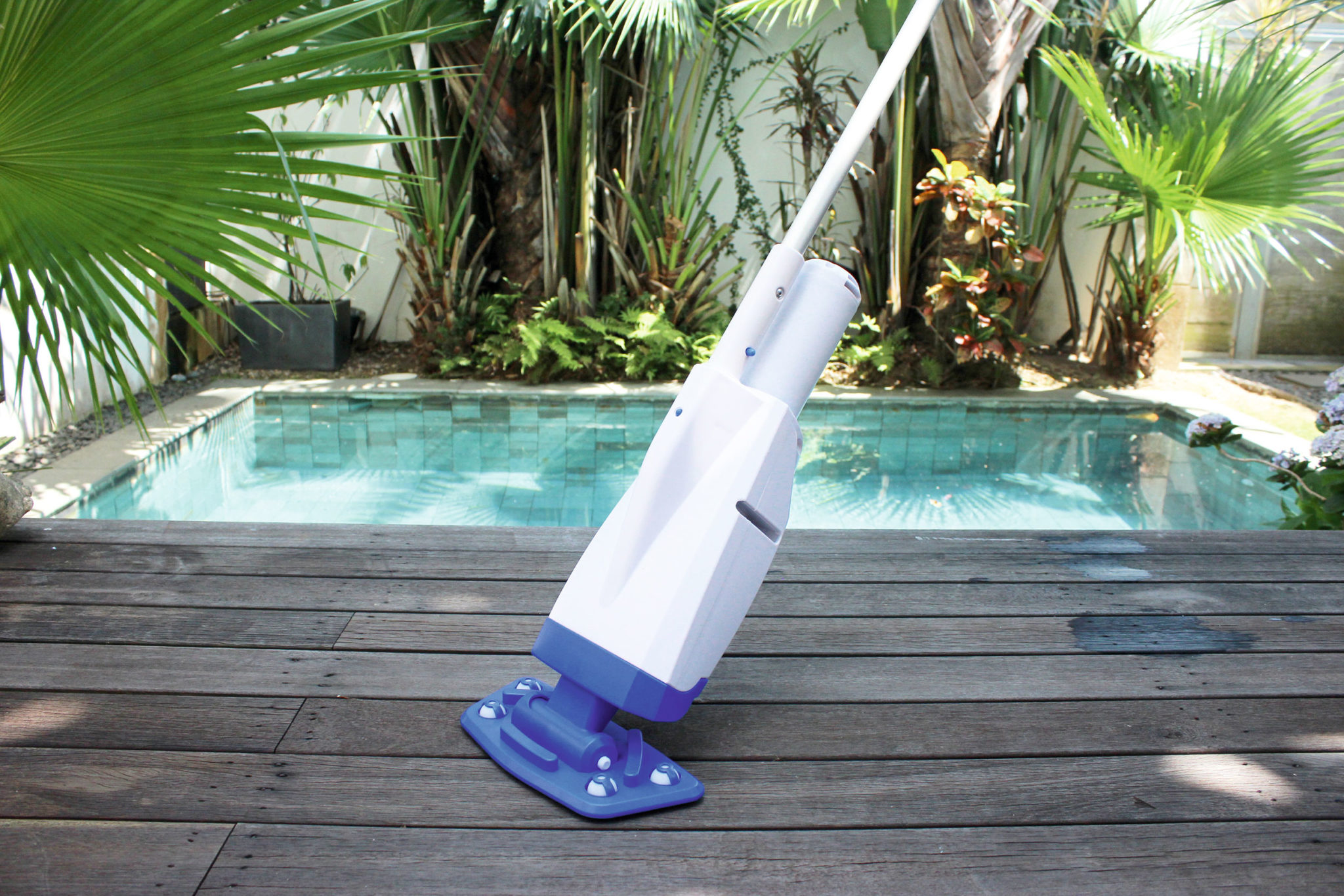 Aspirateur Aqua Powercell devant une piscine