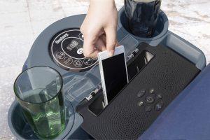 Boitier pour téléphone portable sur la station musicale Lay-Z-Spa